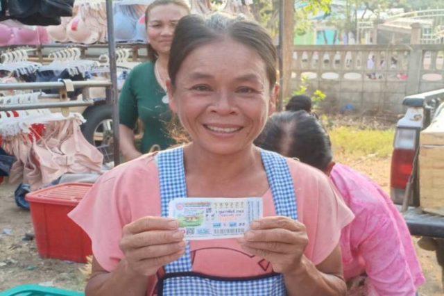 คนขาย ลอตเตอรี่ยัดเยียดรางวัลที่1ให้แม่ขายมะพร้าวเผา