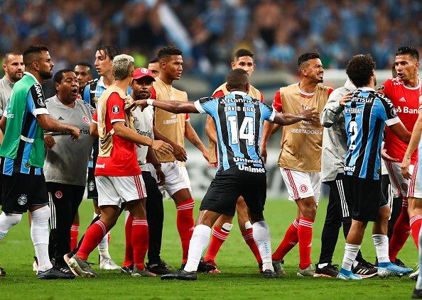 ศึกฟุตบอลโคปา เกรมิโอ VS อินเตอร์ฯ เปิดศึกมวยกันกลางสนาม บราซิล