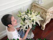รอยยิ้มสดใส นิ้ง กุลสตรี กับการจัดแจกันดอกลิลลี่ ดอกไม้สุดโปรด